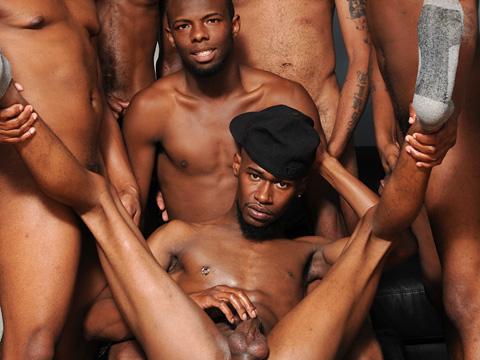 Enorme gangbang pour un groupe de gays martiniquais excités !